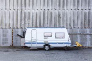 Wohnwagen alleine auf einem Parkplatz