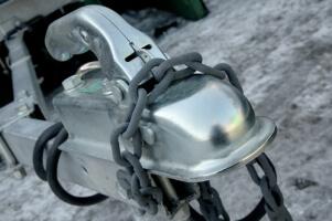 Wohnwagendeichsel mit einer Kette geschützt
