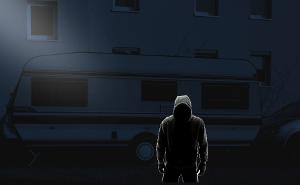 Dieb macht sich nachts an einem Wohnwagen zu schaffen!