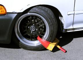 Radkralle durch einen Reifen