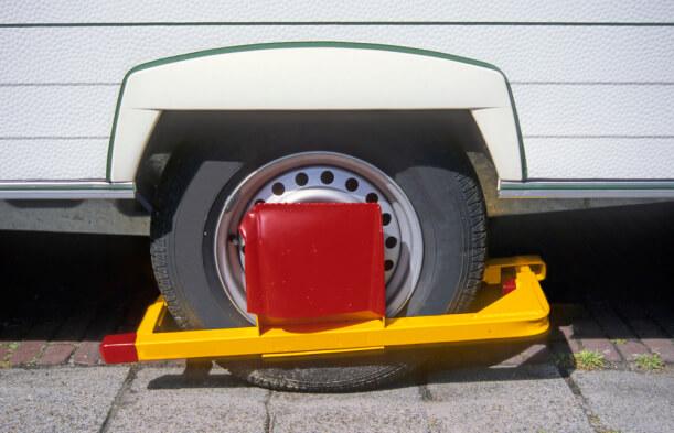 Wohnwagen Parkkralle an einem Rad angebracht