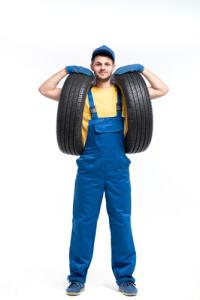 Mechaniker mit 2 Reifen